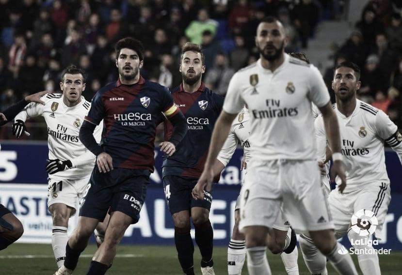 Míchel Sánchez viendo el encuentro entre el Real Madrid y la SD Huesca. Foto: LaLiga.