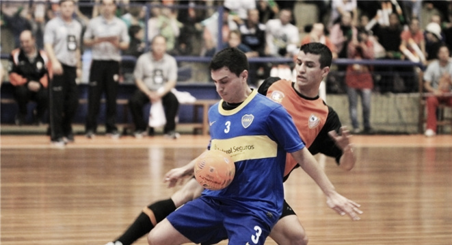 Carlos Barbosa defiende su territorio ante Boca Juniors