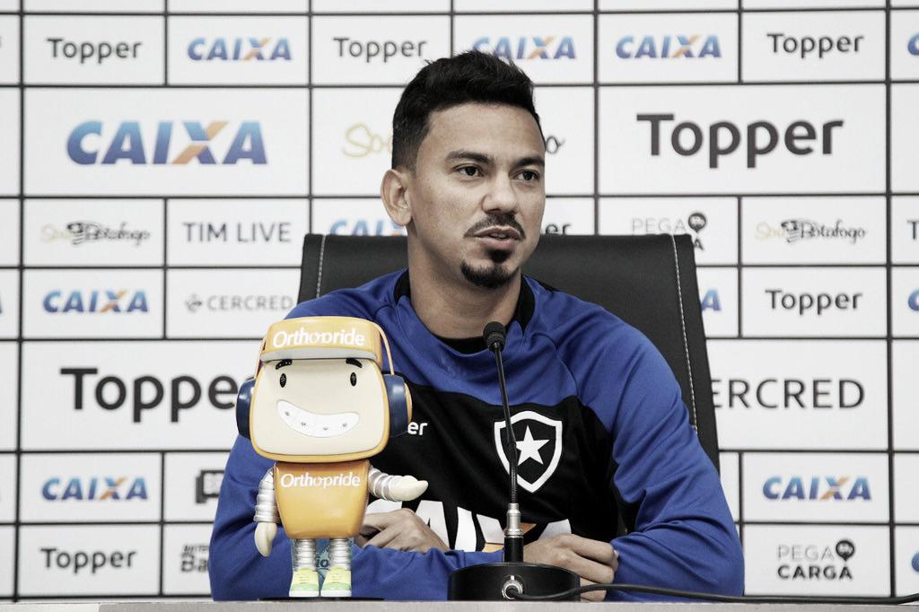 Lindoso destaca importância do apoio da torcida e comemora fase artilheira pelo Botafogo
