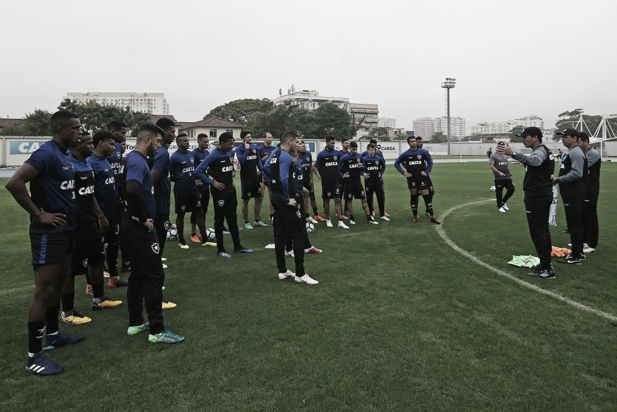 Em treino fechado, Zé Ricardo se apresenta no Botafogo e contará com reforços para próxima partida