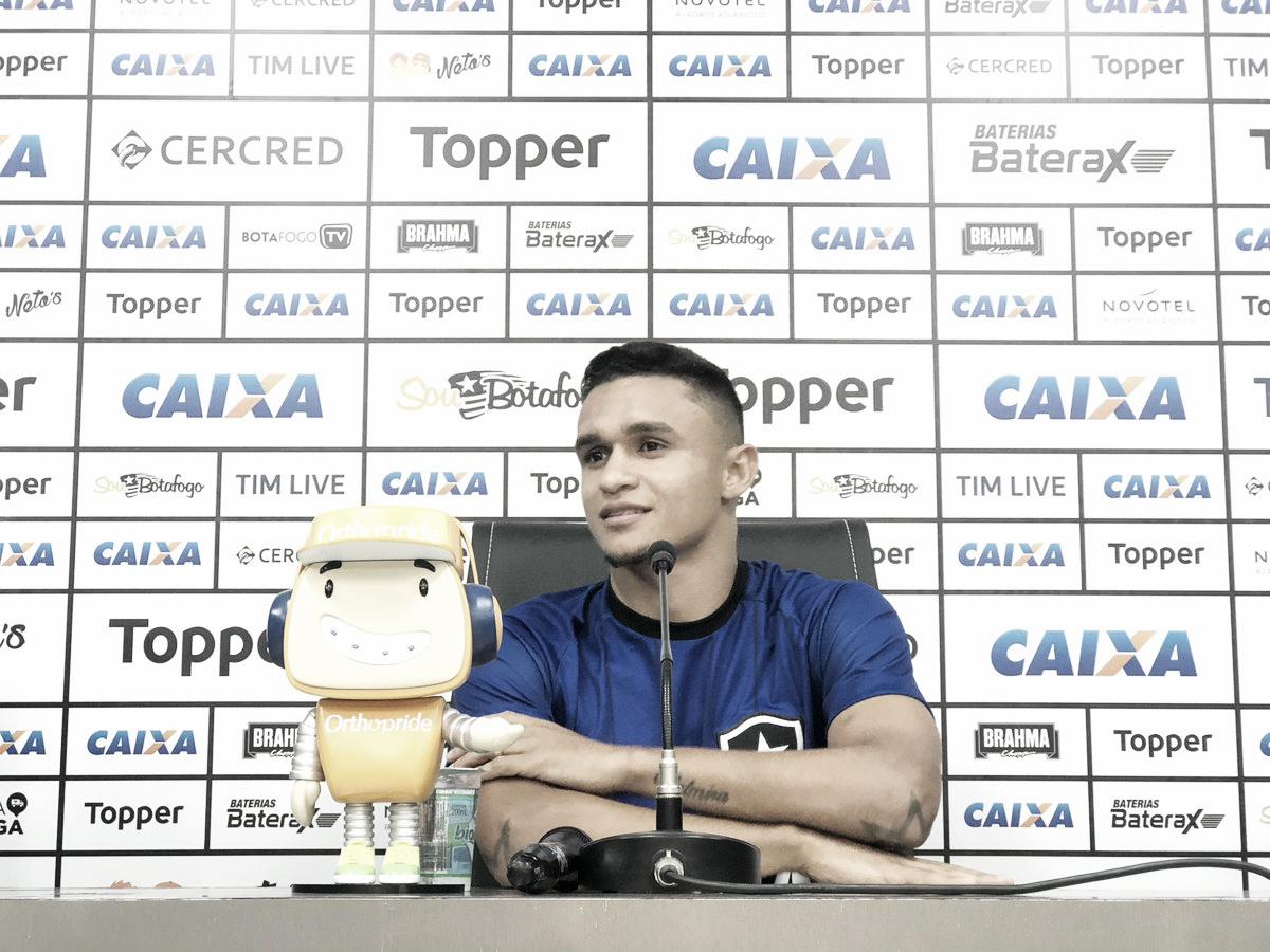 Em boa fase, Erik elogia ambiente no Botafogo e despista sobre futuro: ''Não depende só de mim''