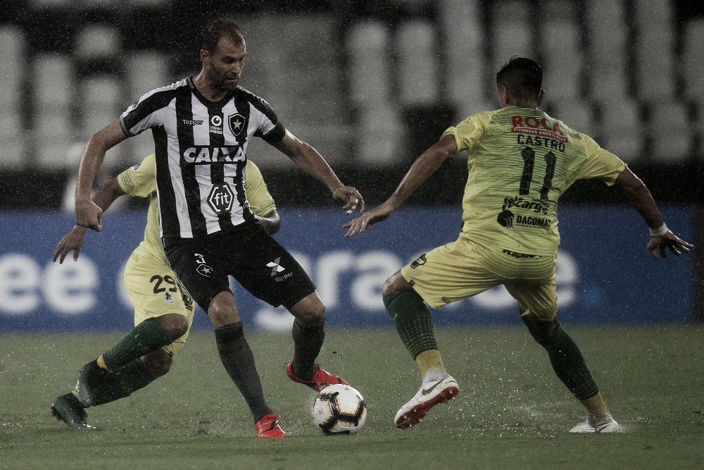 Carli sofre lesão no joelho direito e desfalca Botafogo contra o Defensa y Justicia