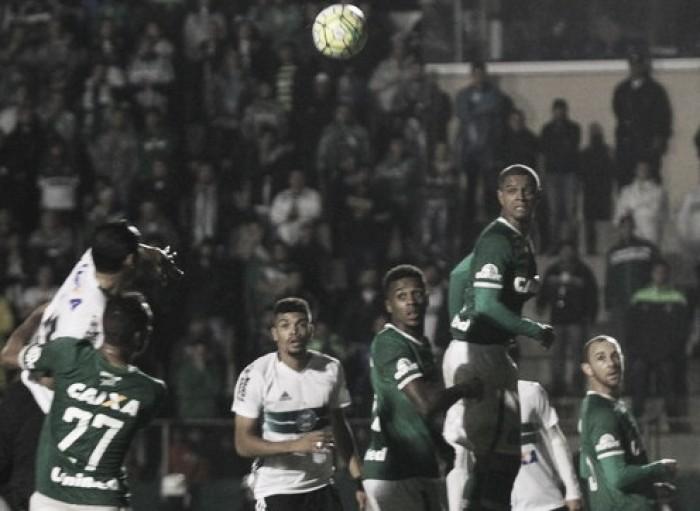 Chapecoense recebe embalado Coritiba em jogo entre equipes próximas na tabela
