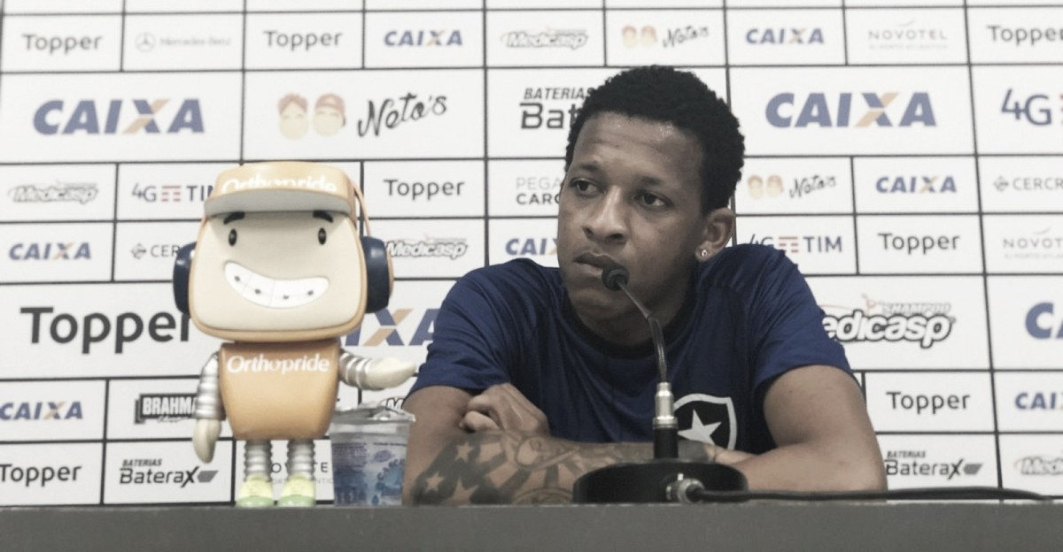 Ganhando espaço no Botafogo, Bochecha se diz acostumado com pressão e garante grupo focado