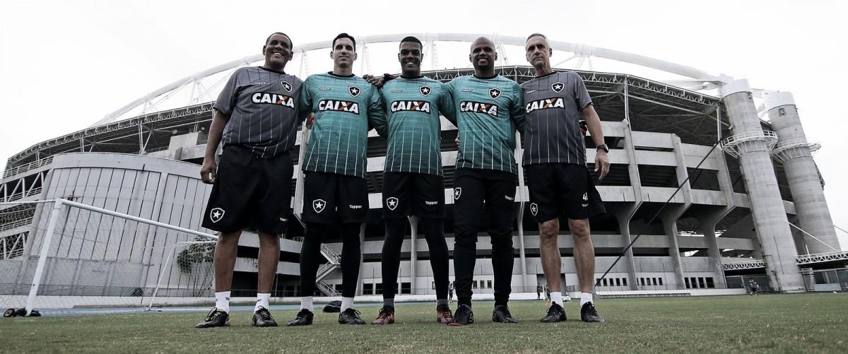 """Preparador de goleiros do Botafogo demonstra confiança em Saulo: """"Acreditamos muito nele"""""""