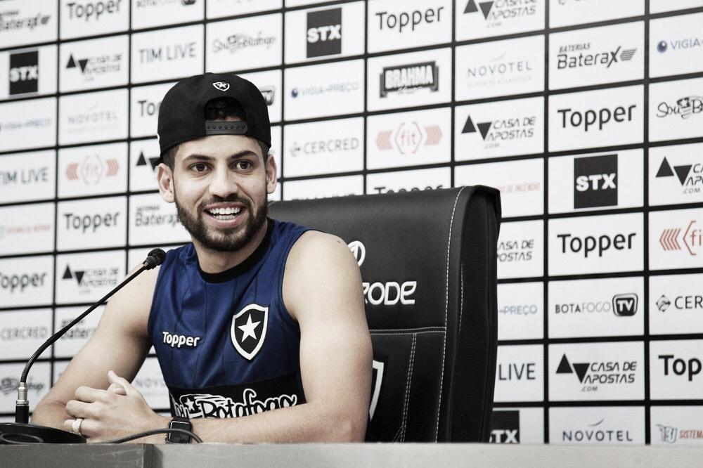 """Gabriel comemora boa fase do Botafogo, mas pede pés no chão: """"Continuar bem focados"""""""