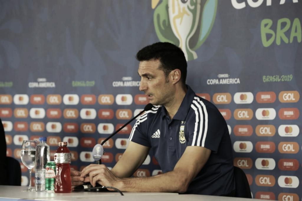 """Apesar da derrota na estreia, Scaloni elogia atuação da equipe e afirma: """"Estamos no caminho"""""""