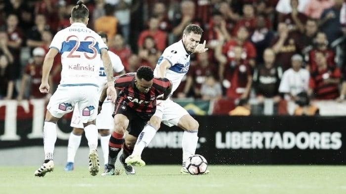 Atlético-PR vence Católica no Chile e garante classificação — Libertadores