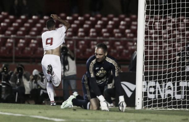No Morumbi, São Paulo vence Palmeiras e segue na cola do líder Cruzeiro