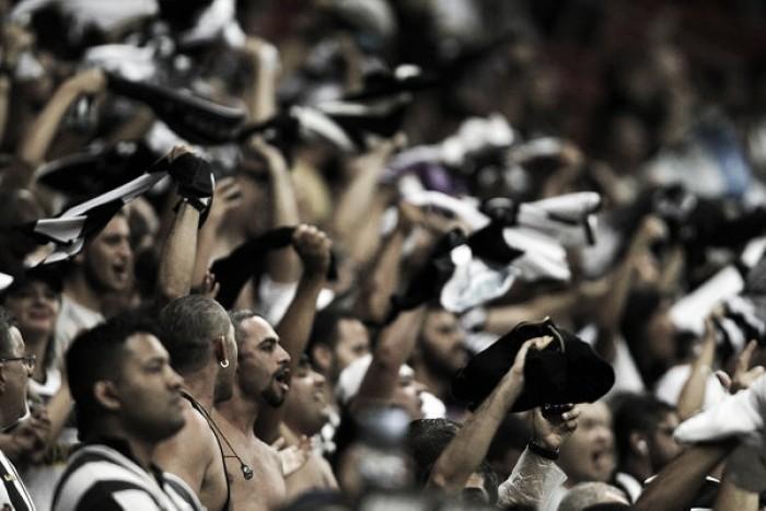 Torcida do Botafogo invade treino e faz cobrança aos dirigentes e jogadores