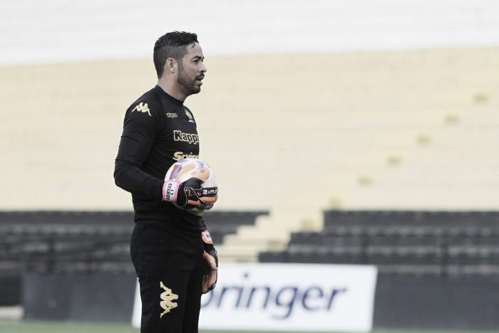 """Goleiro Luiz contesta expulsão diante do Paraná: """"Juiz caiu na pressão"""""""