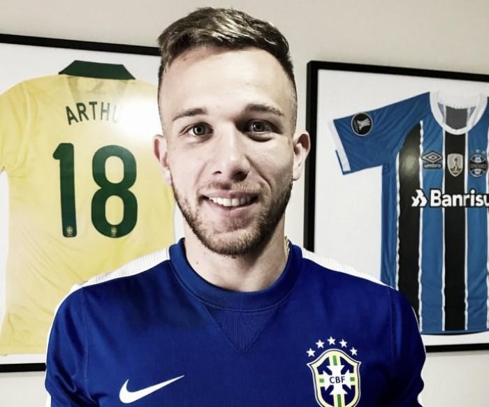"""Arthur comemora primeira chance na Seleção Brasileira principal: """"Bochecha doendo de tanto sorrir"""""""