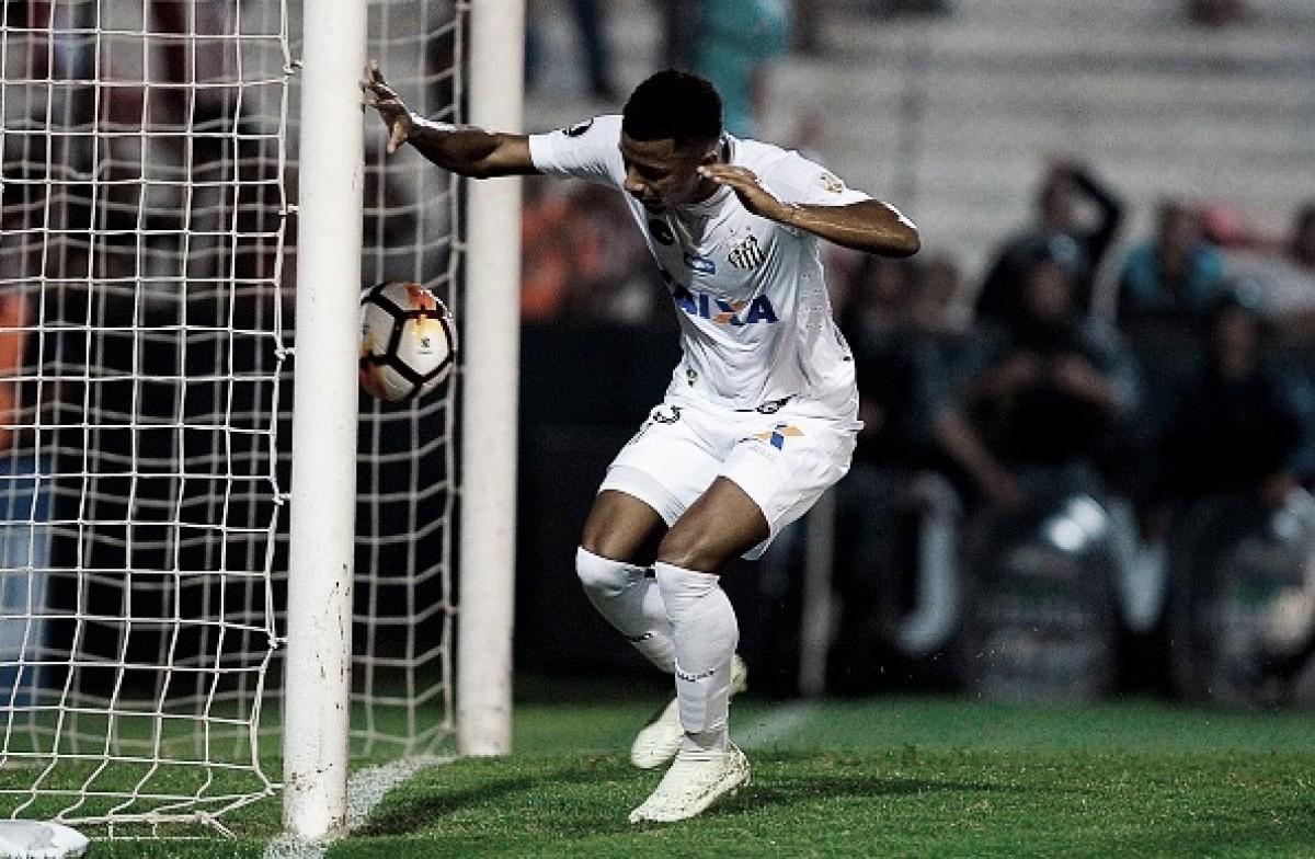 Vanderlei brilha, Arthur Gomes marca, e Santos vence Estudiantes fora de casa