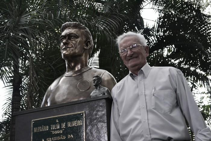 Palmeiras homenageia ex-volante Dudu com busto no clube