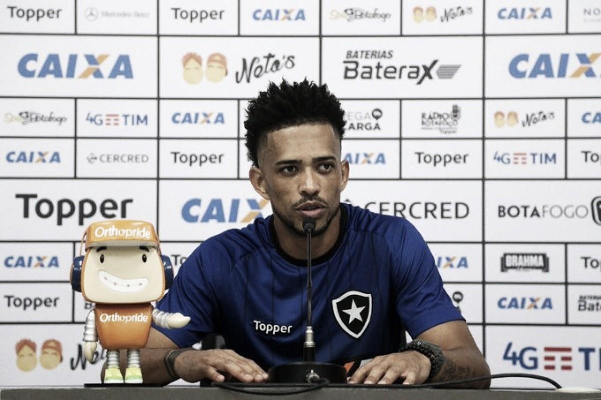 """Luis Ricardo comenta sobre atraso de salários dentro do Botafogo: """"Era algo que não acontecia"""""""