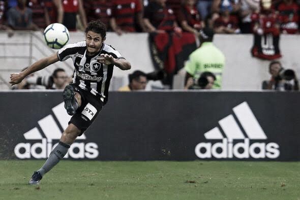 """Após recuperar titularidade no Botafogo, Marcinho desabafa: """"Cresci muito"""""""