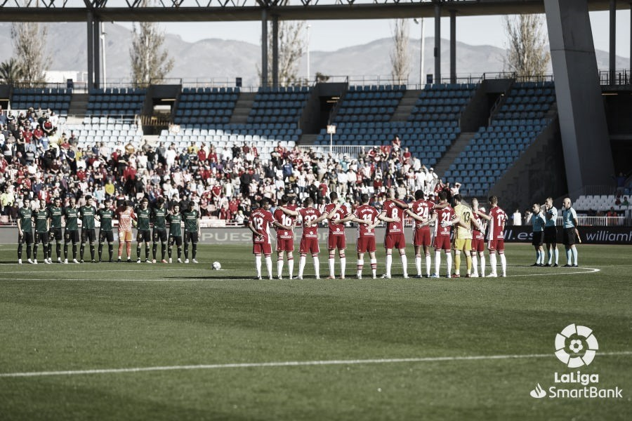 Imagen del minuto de silencio guardado previo al UD Almería-SD Ponferradina. Fuente: LFP