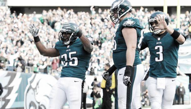 El mejor McCoy lleva a la victoria a los Eagles