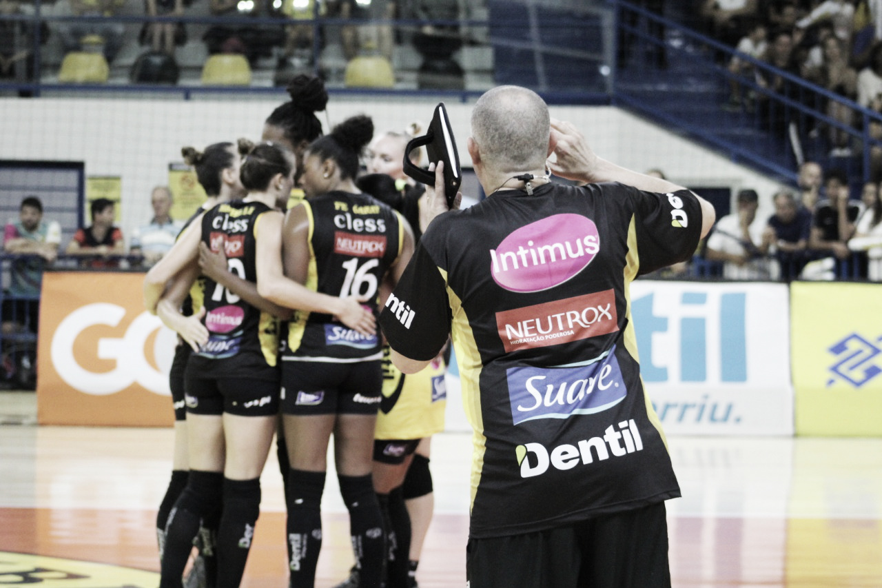 Dentil/Praia Clube derrota Sesc-RJ e segue líder na Superliga feminina
