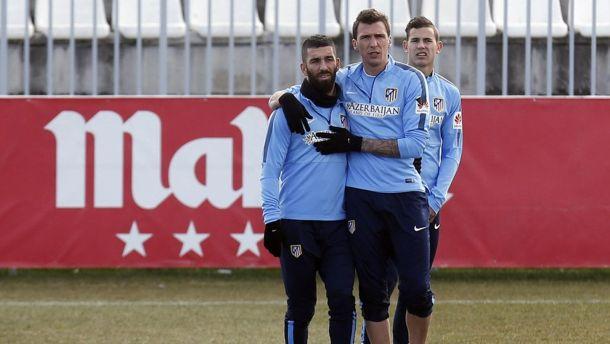 Arda Turan, Fernando Torres y Mandzukic no viajan con el Atlético a Granada