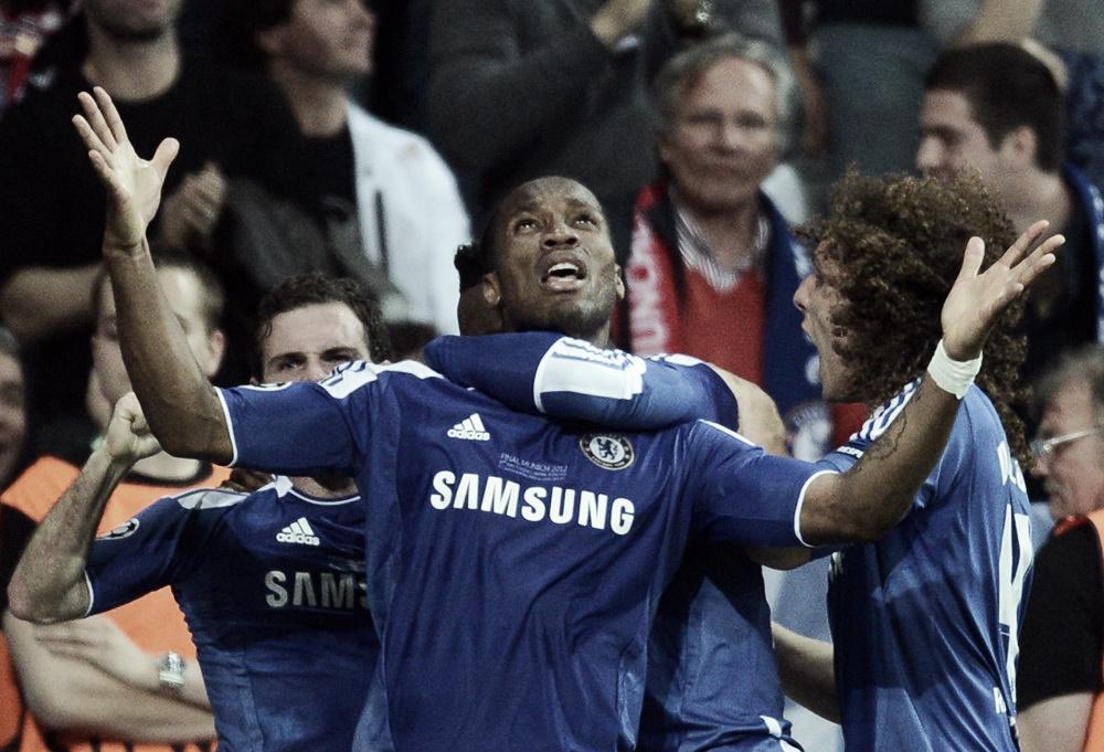 Drogba y Cech doctoran al Chelsea en Europa