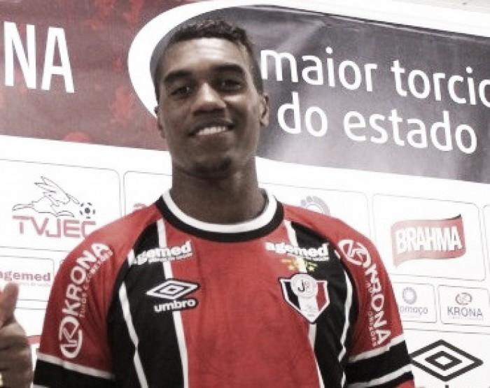 """Murilo celebra vitória no fim do Joinville: """"Brinquei que, se entrasse, faria o gol"""""""