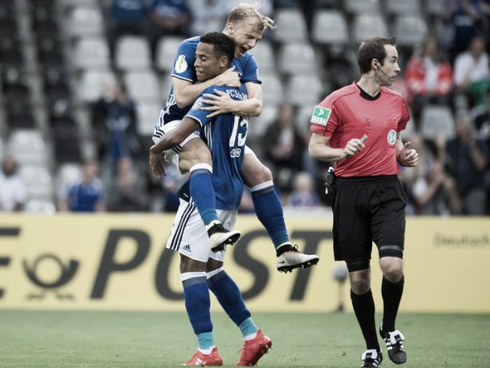 Geis marca belo gol e Schalke 04 derrota Villingen na DFB Pokal