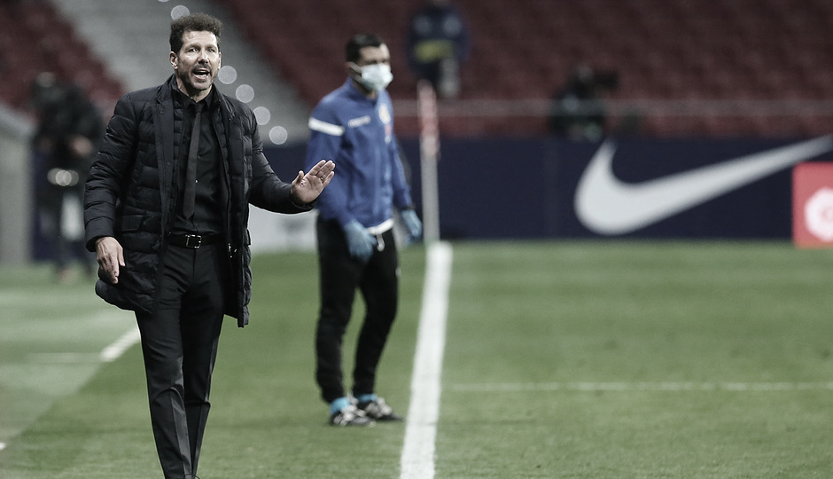 Simeone ordenando a los jugadores durante el partido | Foto: Atlético de Madrid