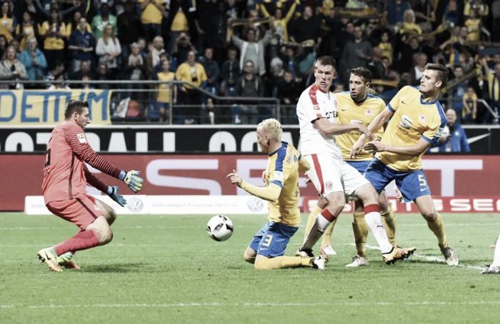 Braunschweig supera Düsseldorf e se mantém na liderança isolada da 2. Bundesliga