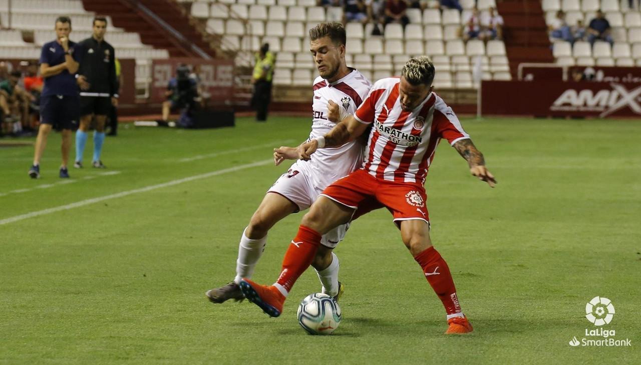 """<div>&nbsp;Los dos """"11"""" luchan por el balón, ante la atenta mirada del mister del Girona FC. Foto realizada por La Liga</div>"""