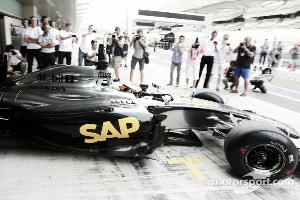 Problemas para a McLaren-Honda no primeiro dia de testes não assustam responsáveis