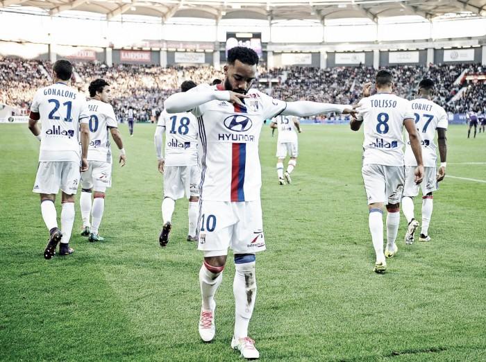Lacazette marca dois e ajuda Lyon a bater Toulouse fora de casa