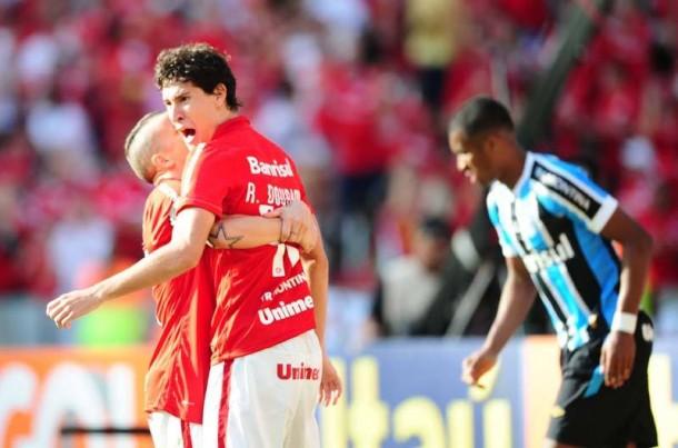 Internacional vence Grêmio com gol de Vitinho e continua na briga por vaga na Libertadores