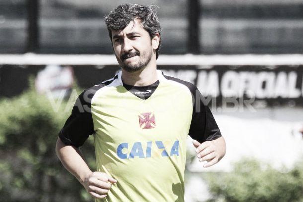 Adilson Batista confirma Douglas para o clássico contra o Flamengo