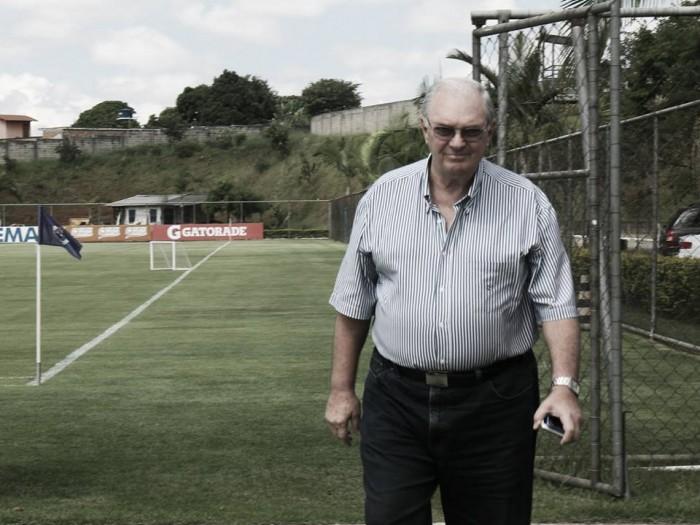 Presidente do Cruzeiro é alvo de protestos na porta da Toca II e Dedé discute com torcedores