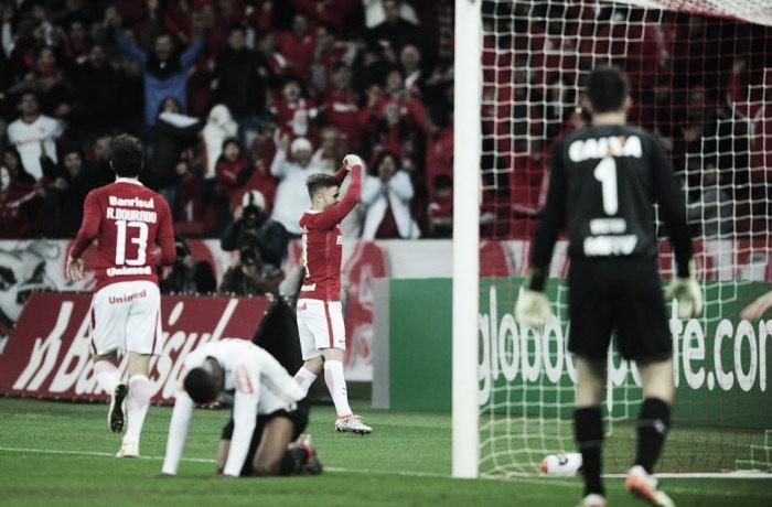 Danilo Fernandes brilha e Internacional reassume liderança ao bater desesperado Atlético-MG