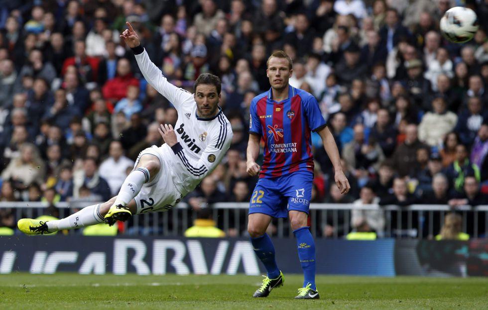 Real Madrid desencanta no fim e goleia no Espanhol