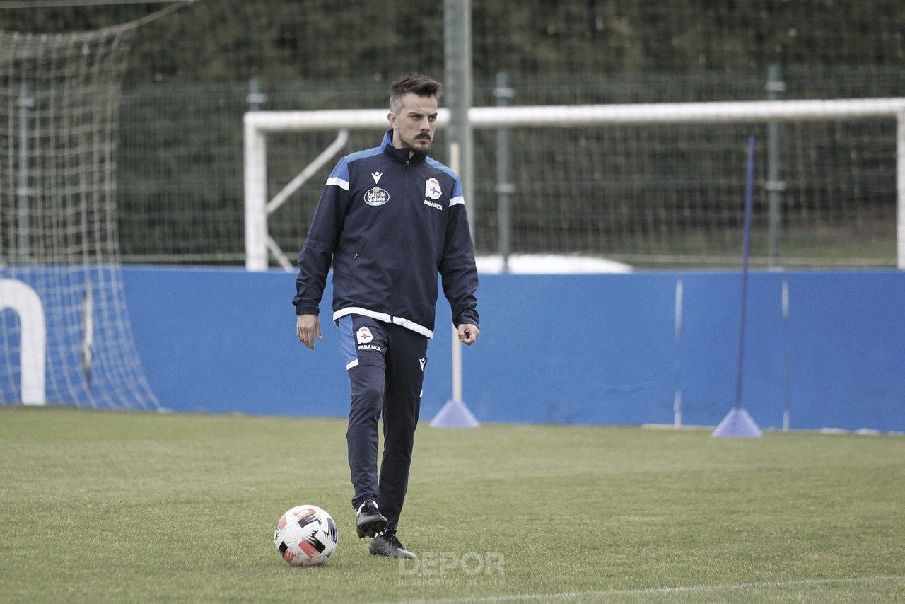 Rubén de la Barrera dirigiendo al equipo en Abegondo // RCDeportivo
