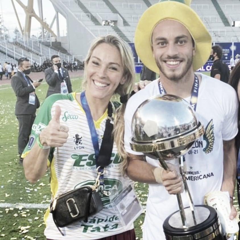 ORGULLO FAMILIAR. Nahuel Gallardo con el trofeo en mano posa contento acompañado de su mamá. Foto: Web