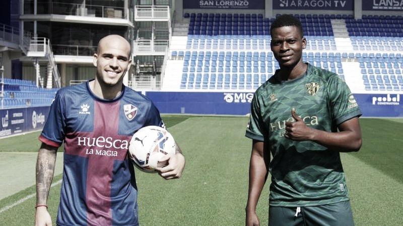 Sandro y Doumbia posan en el día de su presentación. Foto: www.sdhuesca.es