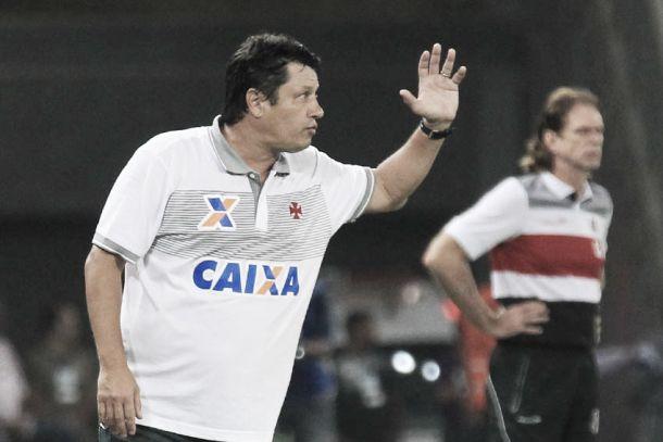 """Depois de muito tempo sem o apoio da torcida em São Januário, Adílson comemora: """"Agora vamos voltar para casa"""""""