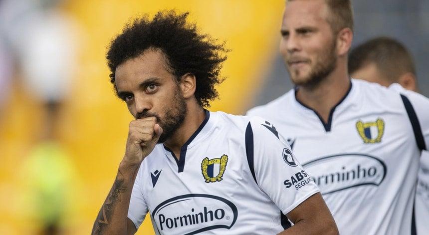 Famalicão segue como líder isolado mantendo recorde no seu retorno à Primeira Liga.