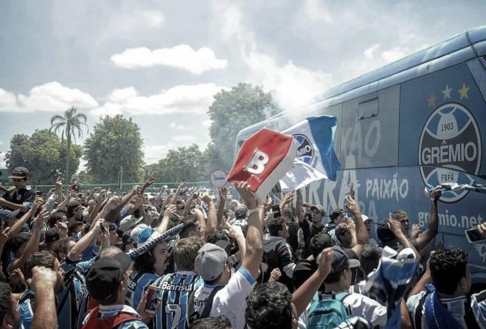 Torcida participa em embarque da delegação do Grêmio para Belo Horizonte