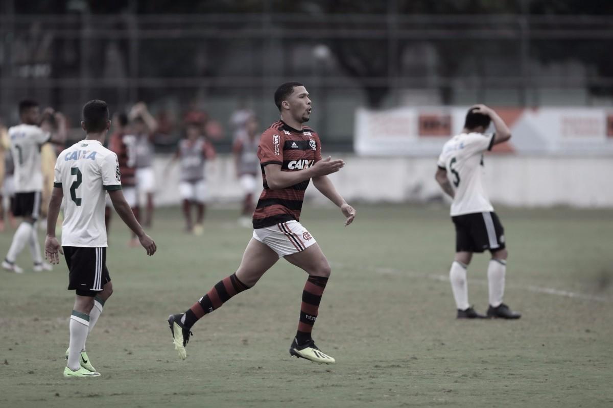 Com um gol em cada tempo, Flamengo bate Coritiba e assume liderança do Brasileirão sub-20