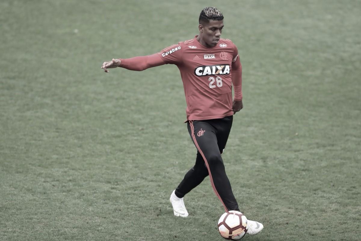 Berrío sofre entorse no tornozelo em treinamento e adia retorno no Flamengo