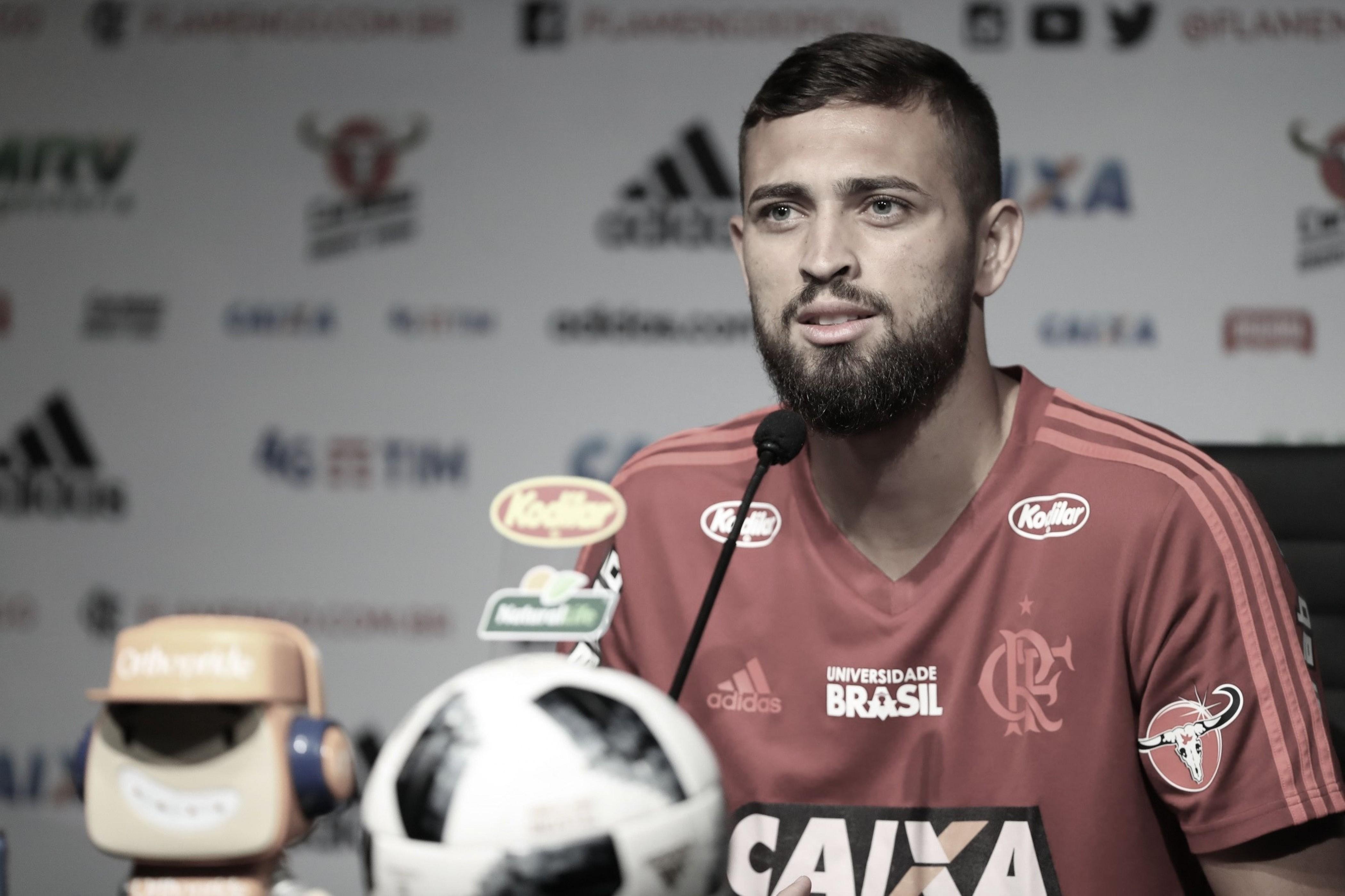 """Léo Duarte sai em defesa de Barbieri e cobra melhora no desempenho: """"Precisamos evoluir"""""""