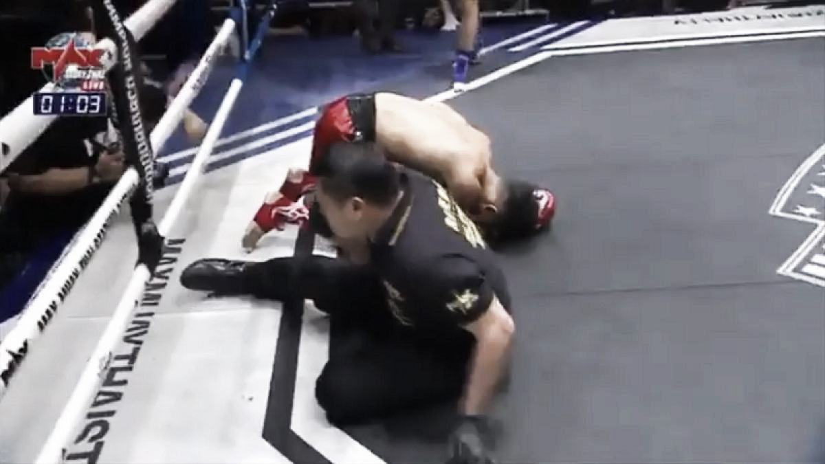 Luchador de Muay Thai derriba a oponente y arbitro