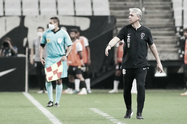 """Tiago Nunes não critica torcida por protestos após derrota no Derby: """"Só com vitórias vou corresponder essa expectativa"""""""