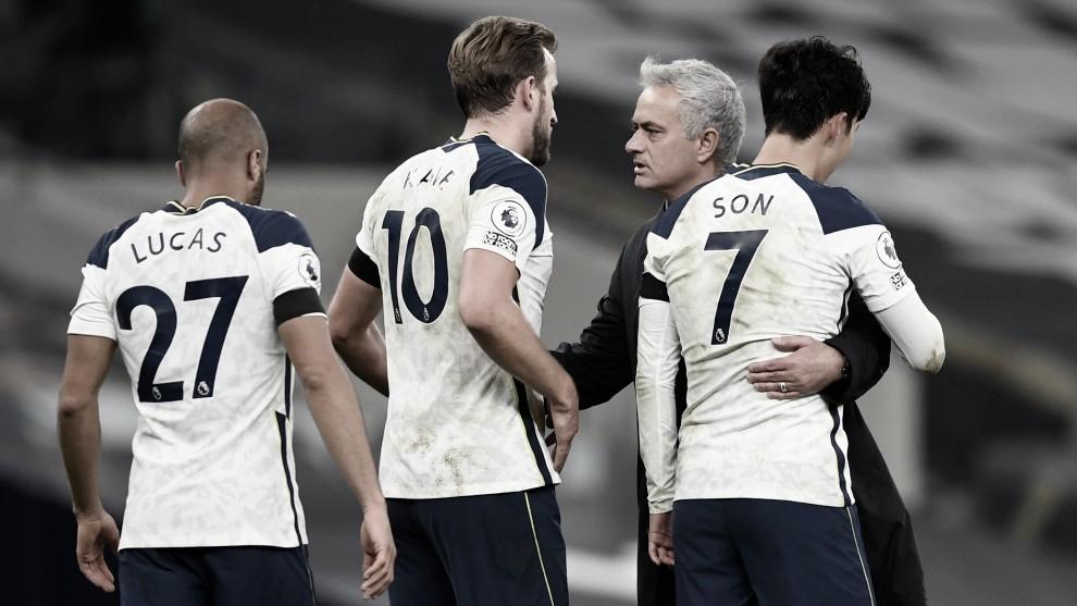 Mourinho celebra la victoria con sus jugadores. Vía: Reuters