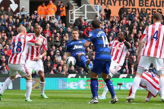 Van Persie desencanta e Manchester United derrota o Stoke City